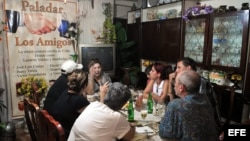 """Varias personas almuerzan en el restaurante privado """"Los Amigos"""", en La Habana."""