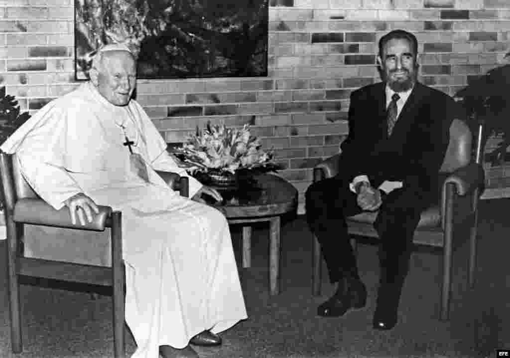 El papa Juan Pablo II junto a Fidel Castro, durante la visita que el mandatario cubano realizó al Vaticano. Archivo.