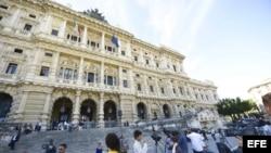 Un grupo de periodistas se reúne en frente del Palacio de Justicia, donde el Tribunal Supremo italiano estudia el recurso de apelación, presentado por el ex primer ministro Silvio Berlusconi, contra una condena de cárcel