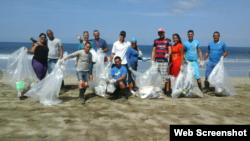 Grupo de cubanos en Guanacaste hace trabajo voluntario.