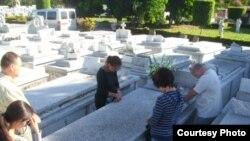 Visita a la sepultura de Oswaldo Payá, publicada en twitter por Rosa María Payá