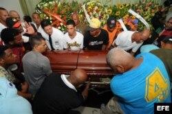 Familiares y seguidores junto al féretro de Oscar Taveras.