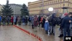 Miles de rusos hoy en la célebre plaza Lubianka de Moscú, donde estaba la sede del KGB.