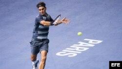 El tenista suizo Roger Federer devuelve una bola al alemán Philipp Kohlschreiber.