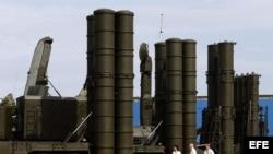 Sistema de misiles antiaéreo, S-300 (d) y S-400 (i).
