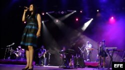La cantautora mexicana Julieta Venegas (i) en el concierto en la Sala Covarrubias, en La Habana (Cuba).