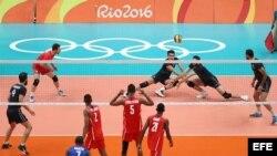 El equipo olímpico de voleibol de Irán (azul) en acción ante el equipo olímpico de voleibol de Cuba (rojo) este jueves 11 de agosto de 2016.