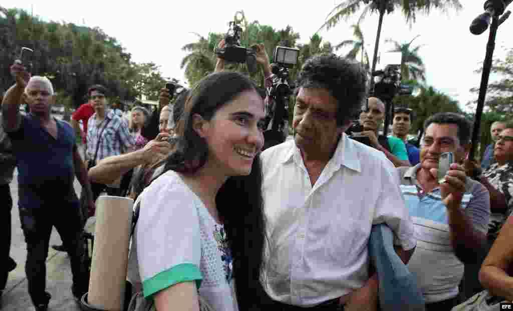 """La bloguera cubana Yoani Sánchez (c), creadora del blog """"Generación Y"""", habla con su esposo, el opositor Rainaldo Escobar (i), y su hijo, Teo (d), a su llegada a La Habana (Cuba) hoy, jueves 30 de mayo de 2013, luego de una gira de más de 100 días por var"""