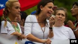 La dirigente opositora María Corina Machado (c), junto a un grupo de manifestantes opositores al gobierno del presidente venezolano Nicolás Maduro.
