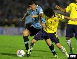 Stefan Medina (d) de Colombia disputa el balón con Cristian Rodríguez (i) de Uruguay el martes 10 de septiembre de 2013, en un partido por las eliminatorias del Mundial de Fútbol Brasil 2014, en el estadio Centenario en Montevideo (Uruguay).