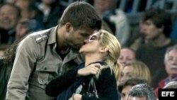 B95. BARCELONA, 23/04/2011.- El defensa del FC Barcelona Gerard Piqué (i) se besa con su novia, la cantante colombiana Shakira, durante el partido, correspondiente a la trigésima tercera jornada del Campeonato Nacional de Liga de Primera División, que ha