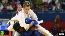 La judoca cubana Yurileidys Lupetey Cobas (azul) se enfrenta a la griega Ioulietta Boukouvala en una de las rondas eliminatorias de judo correspondiente a la categoría femenina de -57 kilos de los Juegos Olímpicos de Londres 2012, el lunes 30 de julio de