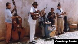 Con 9.000 músicos sobrantes en las empresas artísticas de Cuba, muchos tendrán que volver a pasar el sombrero.