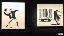 """Obras del grafitero Banksy """"Love is in the Air"""" (2002) (i) y """"Leopard and Barcode"""" (2002), (c), y Bomb Hugger"""" (d), expuestas en la casa de subastas Bonham de Londres, Inglaterra."""