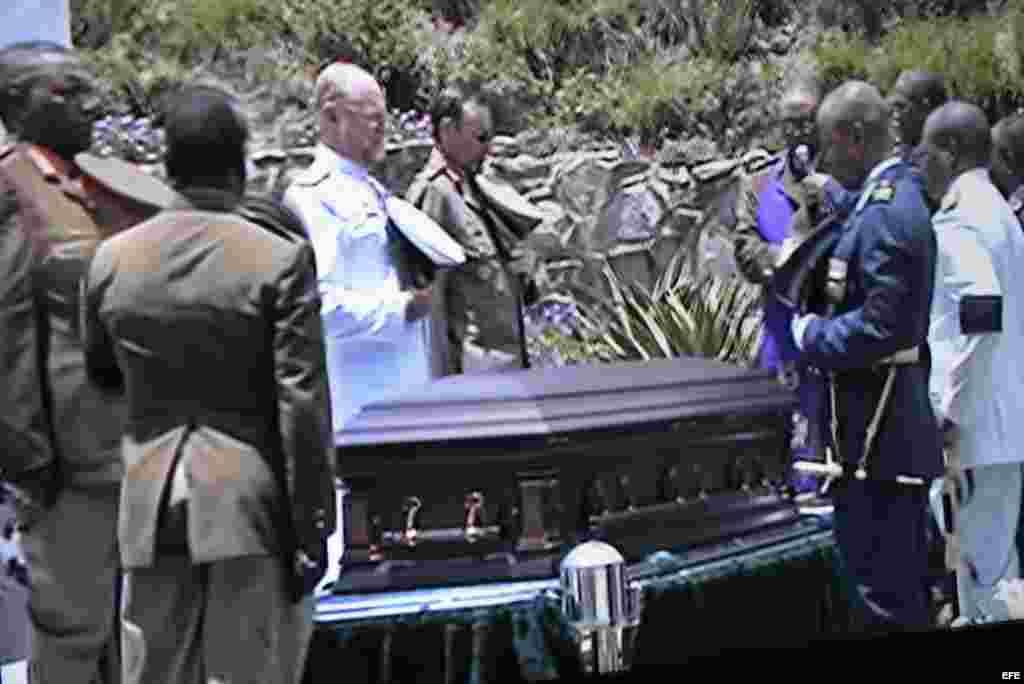 Funerales de MandelaEl primer presidente negro de Sudáfrica, Nelson Mandela, fue enterrado este domingo con honores militares y rodeado de allegados en su propiedad de Qunu (sudeste), la localidad en la que pasó su infancia.