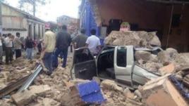 Daños dejados por el terremoto en una calle de San Marcos, Guatemala.