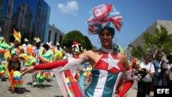 Bailarines de una comparsa realizan su espectáculo en calles de La Habana.