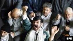 Ciudadanos iraníes gritan consignas contra Estados Unidos al finalizar la oración del viernes en Teherán (Irán),