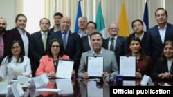 Fermín Acosta Faz, cónsul de Cuba en Nuevo León. (arriba 3ro de der. a izq.)