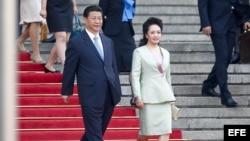 El presidente chino, Xi Jinping (c), y su esposa Peng Liyuan.