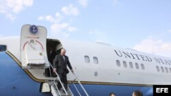 El secretario de Estado de EEUU, Rex Tillerson (i), llega al Aeropuerto Internacional de Moscú-Vnúkovo, en la estela de una represalia estadounidense contra el régimen sirio de Bashar al Assad, apoyado por Rusia.