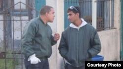 Foto de archivo de los oficiales de la Seguridad del Estado, Ayorbis Gil Álvarez (izq) y Léster González Hernández (dcha).
