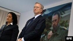 El presidente Ejecutivo de Google, Eric Schmidt (d), y la presidenta de la Empresa Estatal de Telecomunicaciones de Cuba (Etecsa), Mayra Arevich Marín (i), el 12 de diciembre de 2016, tras firmar acuerdo.
