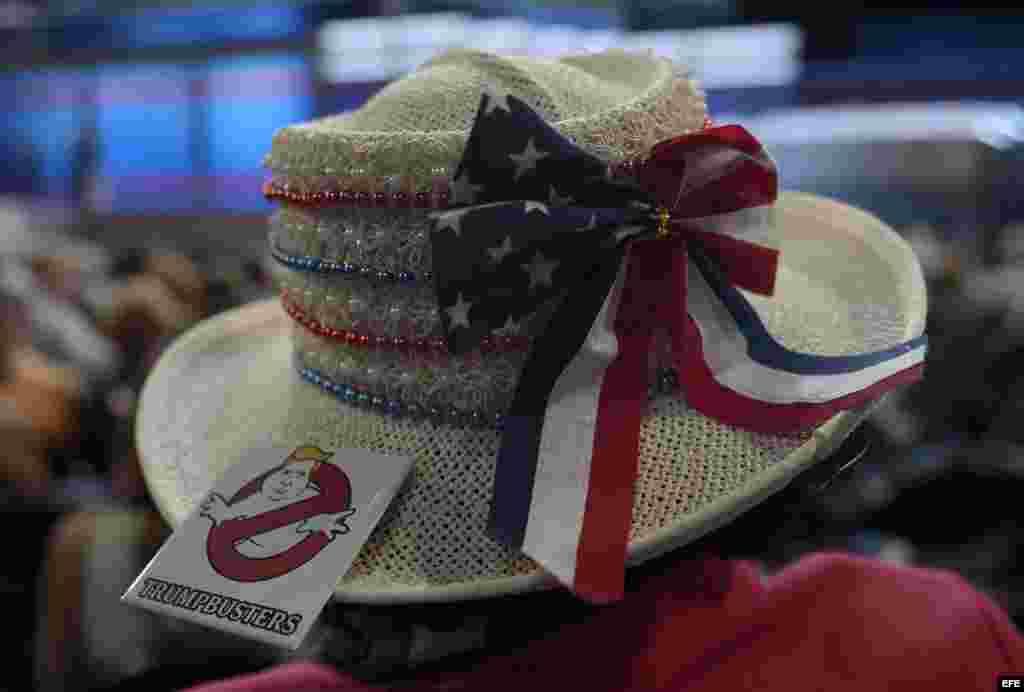 Una delegada vista un sombrero con un botón anti-Trump en el tercer día de la Convención Nacional Demócrata 2016 hoy, miércoles 27 de julio de 2016, en el Wells Fargo Center de Filadelfia, Pensilvania (EE.UU.). EFE/La reunión de cuatro días terminará con