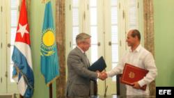 Konstantin Zhigalov y el viceministro de Exteriores de Cuba, Rogelio Sierra Díaz (i-d), tras firmar el acuerdo.