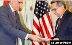 Jeffrey DeLaurentis entrega carta del presidente Obama sobre apertura de embajadas al Canciller interino de Cuba.