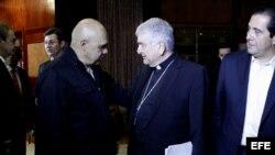 Monseñor Emil Paul Tscherrig (c), y el secretario general de la Mesa de la Unidad Democrática, Jesús Torrealba (i), en diálogo entre oficialismo y oposición el 24 de octubre.