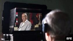 El cineasta Gerardo Chijona revisa una de las tomas hechas por el actor cubano Reinaldo Miravalles. EFE/ Alejandro Ernesto