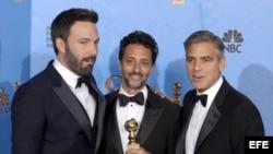 Ben Affleck(izq) producer Grant Heslov (C) y George Clooney (D) durante entrega del Globo de Oro