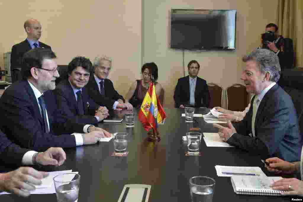 Primer Ministro español Mariano Rajoy (I) y el presidente de Colombia Juan Manuel Santos (D) durante una reunión temprano este sábado