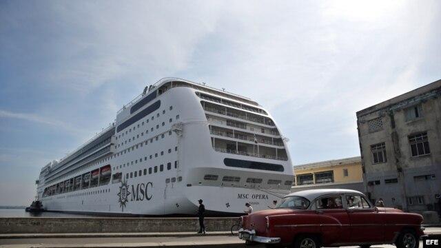 - El crucero MSC Opera, el más grande que ha hecho escala en Cuba, permanece fondeado en la bahía de La Habana (Cuba) hoy, viernes 18 de diciembre de 2015.