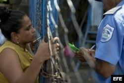 """Una mujer da el nombre de su pareja en la cárcel de máxima seguridad """"El Chipote"""", en Managua."""