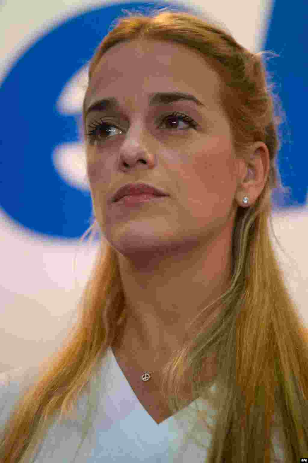 Lilian Tintori, esposa del líder opositor venezolano encarcelado Leopoldo Lopez, participa en un acto con candidatos a diputados de la coalición opositora Mesa de Unidad Democrática.