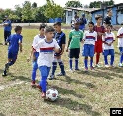Jugadores del Cosmos de Nueva York entrenaron a niños cubanos en La Habana.