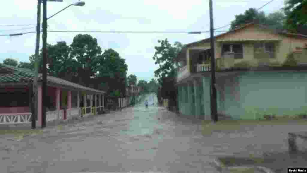 Aguas vertidas por el huracán Michael corren por las calles del poblado de La Palma en Pinar del Río
