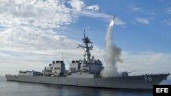 Fotografía facilitada por la Marina de EE.UU. del destructor USS Preble (DDG 88) durante el lanzamiento de un misil tomahawk en una zona de maniobras