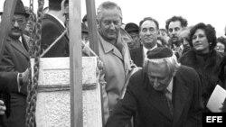 Archivo/1976. El presidente del Congreso Judío Mundial, Nahum Goldman coloca la primera piedra del Colegio Judío que sería construido en Madrid.