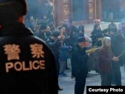 Policía China vigila religiosos