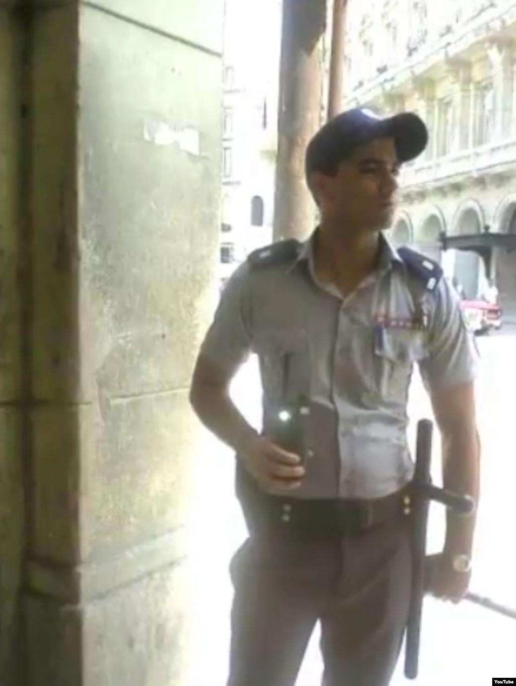 Reporta Cuba policias vigilan opositores