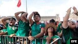 Aficionados de MéxIco lamentan un gol contra su equipo durante la transmisión del partido del Mundial de Rusia 2018 entre México y Suecia.