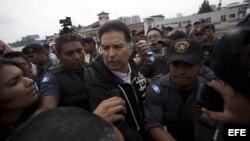 El expresidente de Guatemala Alfonso Portillo (c) es escoltado por autoridades guatemaltecas, durante el proceso de su extradición a Estados Unidos.