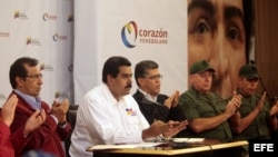 Nicolás Maduro (2-i) durante la reunión político-militar que celebró el Gobierno venezolano en el Palacio de Miraflores en Caracas (Venezuela).