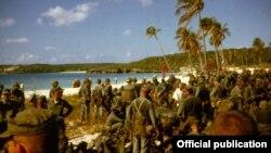 Marines estadounidenses entrenan en la isla puertorriqueña de Vieques en 1962 para una eventual invasión a Cuba (Smithsonian)
