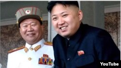 Choe Ryong Hae (izq) junto a Kim Jong-Un