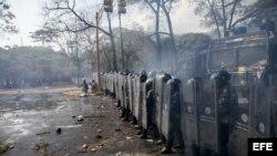 Manifestantes se enfrentan con integrantes de la Policía Nacional Bolivariana durante una protesta contra el gobierno del presidente venezolano Nicolás Maduro.