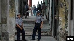 Dos policías cubanos hacen guardia en el barrio de Centro Habana, Cuba.